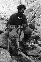 Walter Bonatti pod K2 w futrzanych butach specjalnie zaprojektowanych na wyprawę (1954)