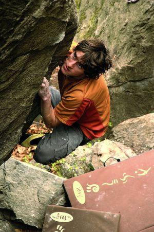 David Graham bulderuje w Tessynie, Szwajcaria. Fot. Samule Bie