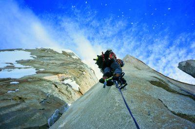 """Monika Kambič-Mali wspina się poniżej headwalla na Compressor Route, Cerro Torre. Dobrze widoczny """"lodowy deszcz"""". fot. Tanja Grmovšek"""