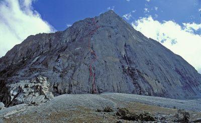 Południowa ściana Sfinksa z wyrysowaną linia drogi Wyjście z Cienia