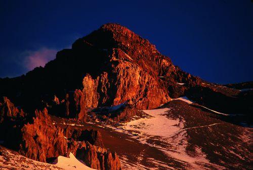 Szczytowe partie Aconcagui widoczne z Nido de Condores o zachodzie słońca