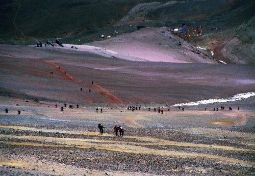 Tłumy turystów podczas podejścia do Nido de Condores; w dole widoczne namioty bazy na Plaza de Mulas
