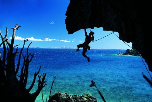 Mateo w efektownych ruchach kończących wspinaczkę na drodze Tofo Mosina 8a na wyspie Anjambalova