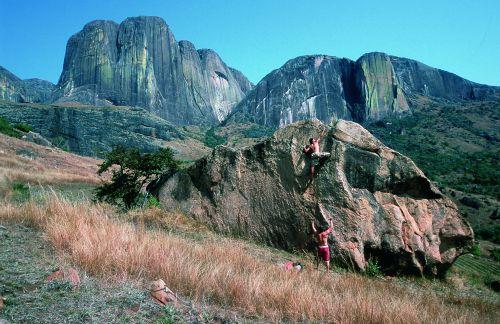 Uroki bulderingu ze ścianami Tsaranoro w tle