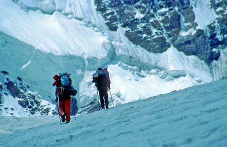 Asia i Adam trawersują lodowiec w drodze do jedynki
