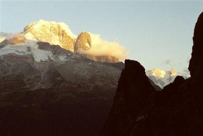 Duet Aiguille Verte i Dru - najwspanialszym melanżem masywu. Skała obok lodu, lód obok skały