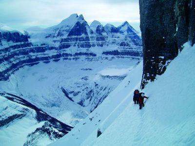 """Scott Semple i Eamonn Walsh obchodzą """"dupy słoni"""", czyli kilka skałek o charakterystycznym kształcie. W tle północna ściana North Twin."""