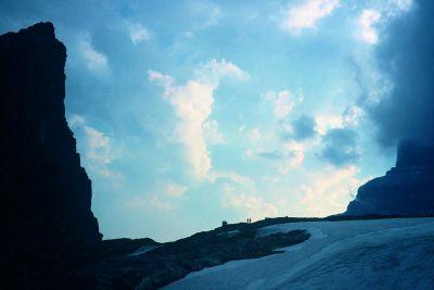 Schron pod Mt. Alberta (oficjalnie: Lloyd McKay Hut). Z lewej tzw. Mała Alberta z prawej –właściwa Alberta. Przed schronem stoją Scott Semple i Eamonn Walsh. Sierpień 2003.