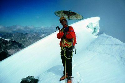 Will Gadd na szczycie Mt. Alberta ze słynną japońską parasolką. Sierpień 2002.