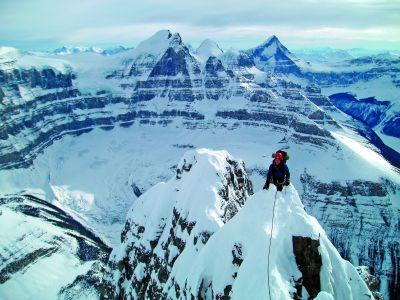 : Eamonn Walsh zaraz po osiągnięciu kilometrowej grani szczytowej. W tle North Twin i Columbia.