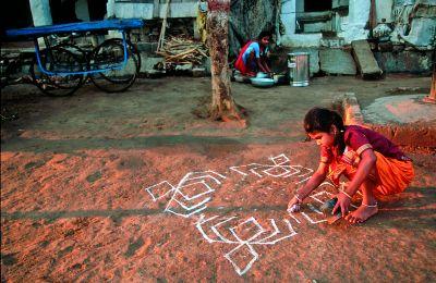 Dziewczynka maluje rytualna mandalę