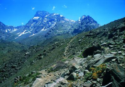 Ominięcie skalnego pagóra przed wejściem na łaki La Engorda