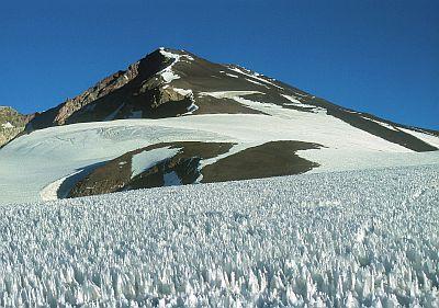 """Widok z obozu IV ( ok. 4700 m npm) na Marmolejo. Na I szym planie fragment """"oceanu panitentów"""" (zdjęcie zrobione teleobiektywem)!"""