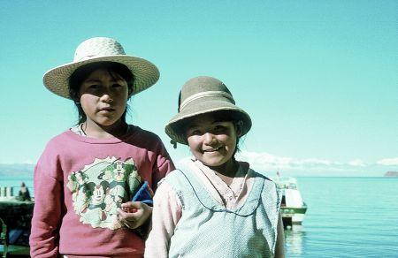 Boliwijskie dzieci nad brzegiem jeziora Titicaca