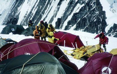 Szerpowie likwidujacy namioty