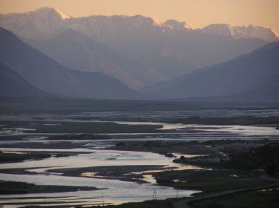 Dolina Wachan i rzeka Piandż wyznaczająca granicę z Afganistanem, w tle pasmo Hindukuszu w Afganistanie