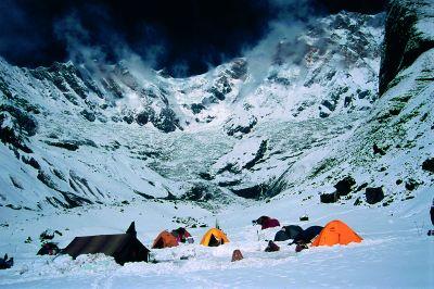Zaśnieżona baza o poranku. W tle widoczna Annapurna