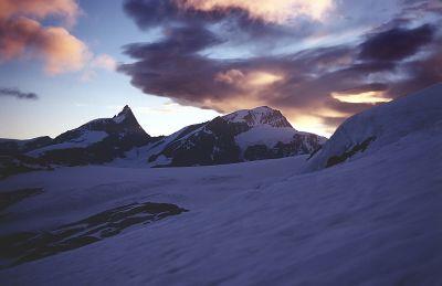Szczyty masywu Monte Rosa o świcie. Widok z podejścia nad Obere Plattje