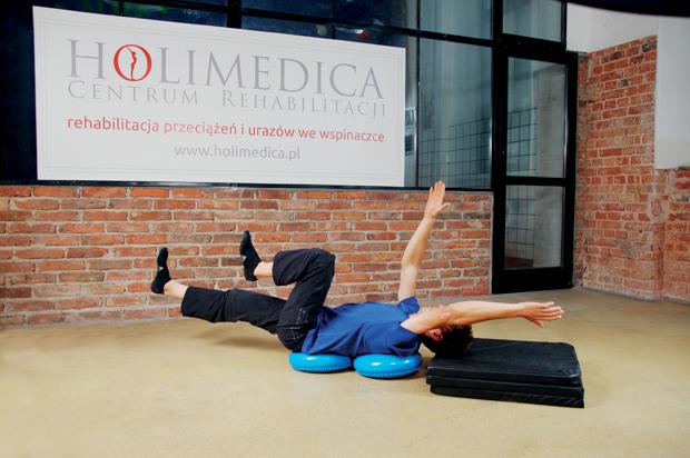 ćwiczenie na poduszce sensomotorycznej