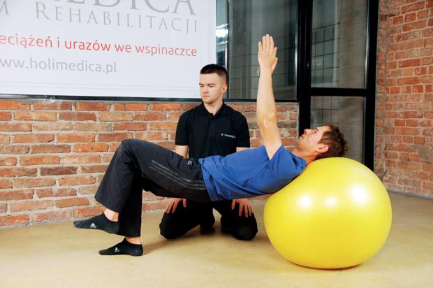 ćwiczenie stabilizacyjne na dużej piłce