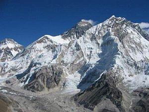 Dymiący Everest (w centrum) i Nuptse (na prawo)