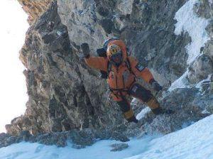 Simone kończy skalny kuluar i wychodzi na przełęcz.