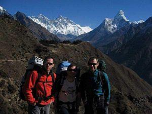 Jacek, Piotrek, Darek (od lewej) nad Kumjung (ok 3800 m n.p.m). Z tyłu w centrum widać Everest i Lhotse, z prawej - Ama Dablam.